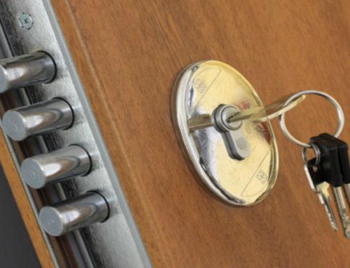 Reparar la cerradura de una puerta blindada.